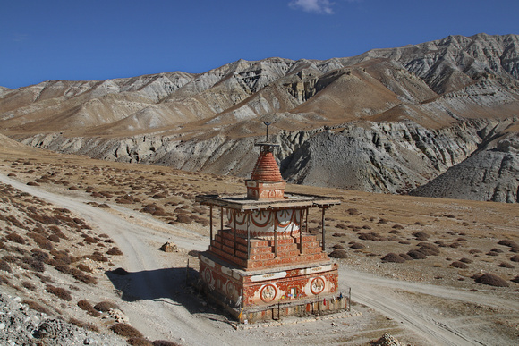 Sungda Chorten between Tsarang and Lo Manthang