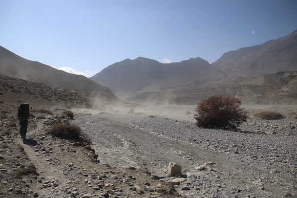The dusty river bed on the way to Kagbeni