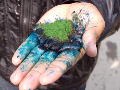 Bad oil based blue dye that burns your skin