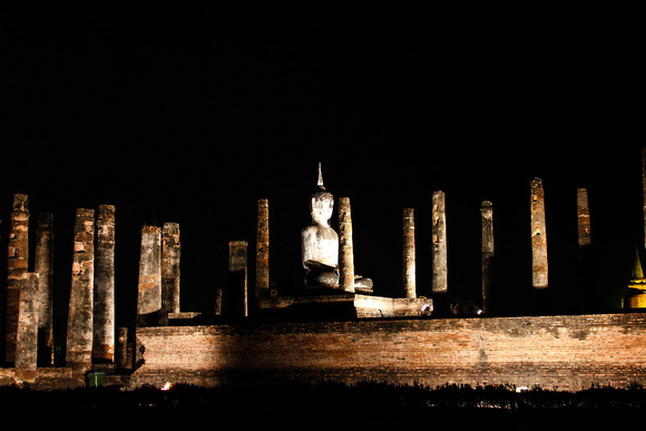 Wat Mahathat at night
