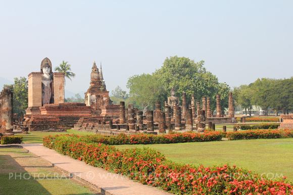 Standing buddha and Chedi at Wat Mahathat