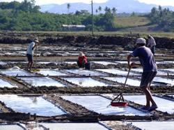 Fillipino sea salt making